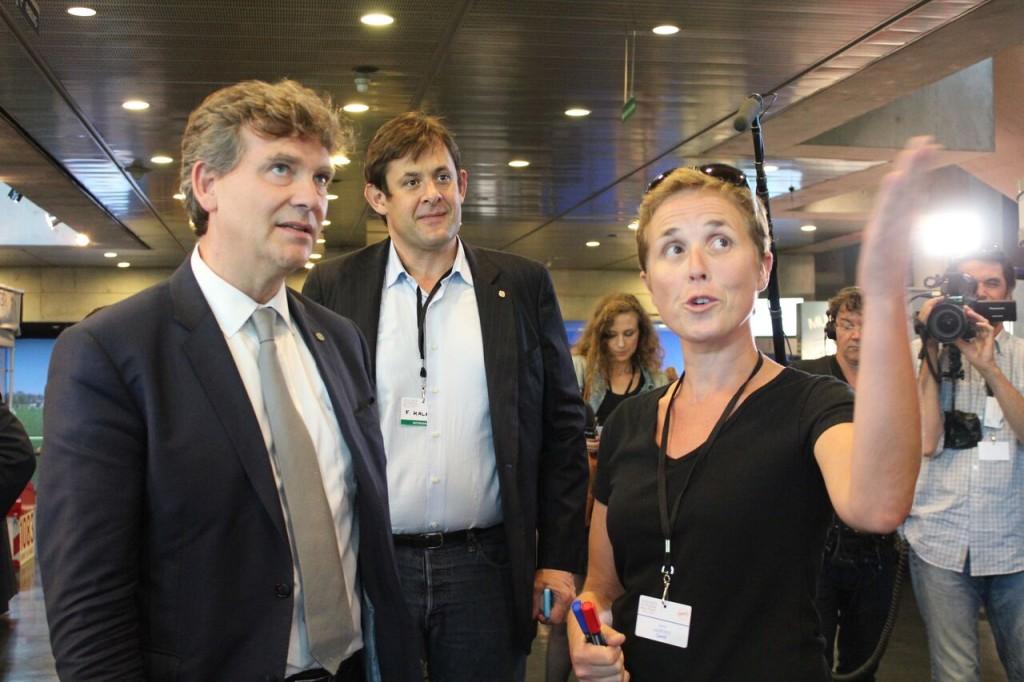 Arnaud Montebourg signe le mur Camif aux Assises du Produire en France