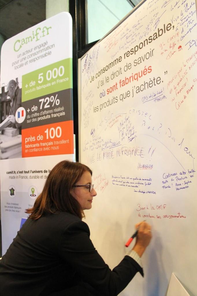Cécile Duflot écrit un message sur le mur CfaitOù aux Assises du ProduireEnFrance
